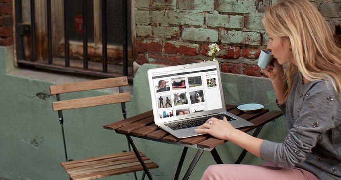 Блогер за ноутбуком