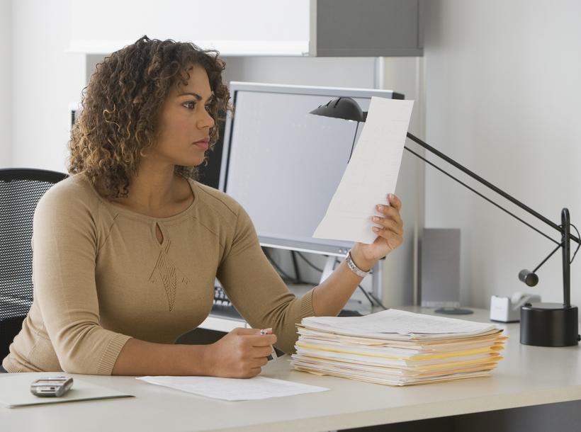 Женщина читает заявление