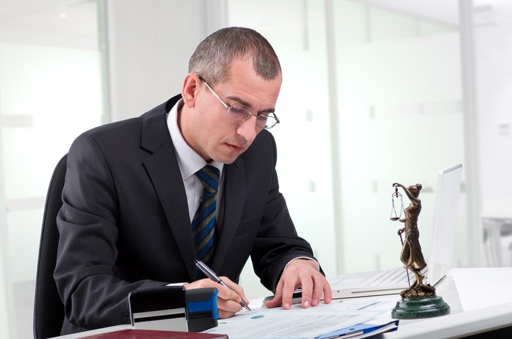 Мужчина составляет документ