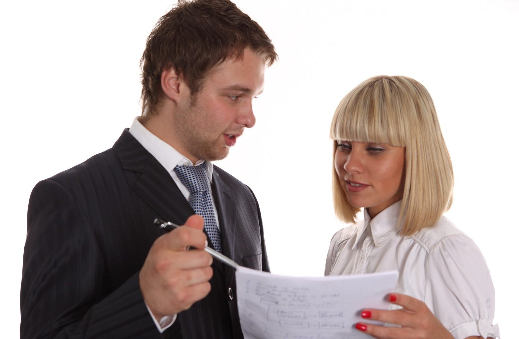 Мужчина и женщина обсуждают письмо