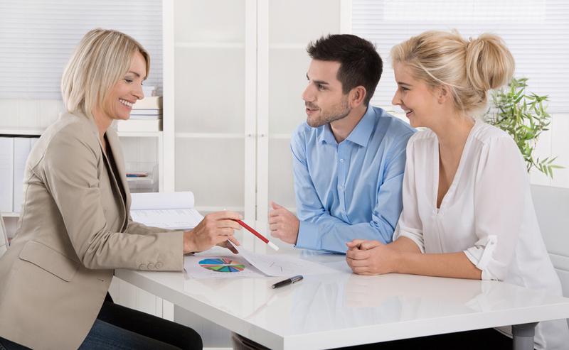 Женщины и мужчина в офисе