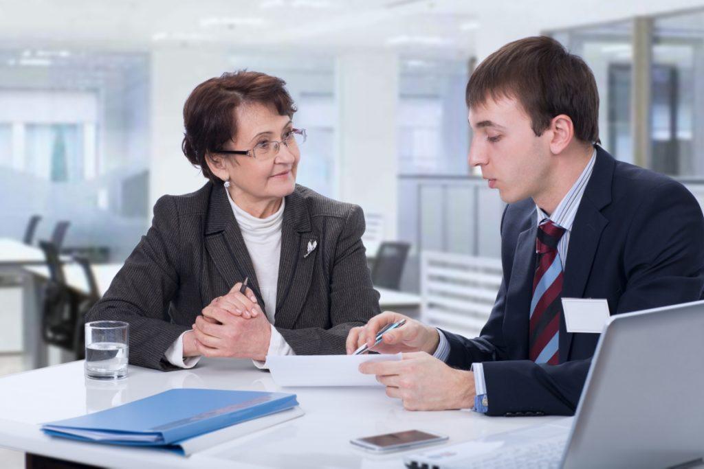 Женщина пенсионер и руководитель