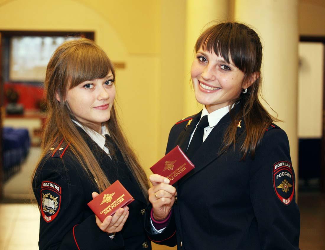 Девушки с удостоверениями
