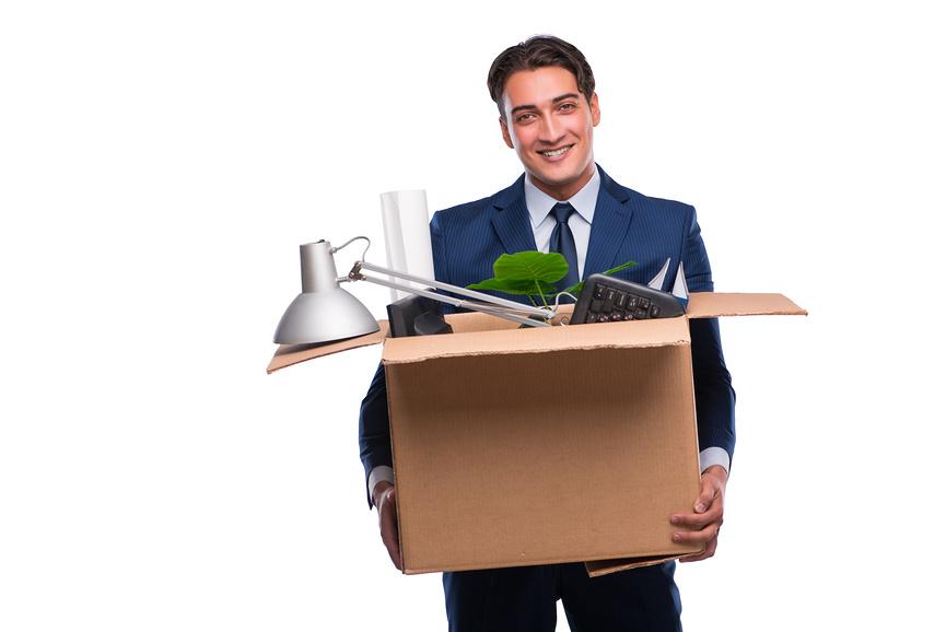 Мужчина с коробкой