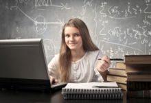 Школьница за ноутбуком