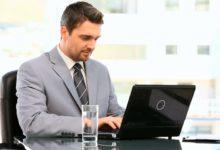 Мужчина у ноутбука